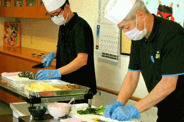 令和3年2月2日「節分の日」に巻き寿司の実演をいたしました。